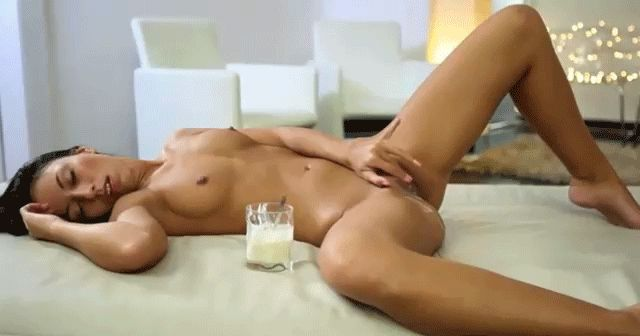 porno-masturbiruet-krasivaya