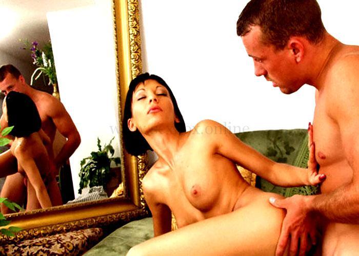 Секс и мастурбация перед зеркалом Парень трахает девушку и наслаждается видом
