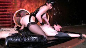 девушка в латексном костюме скачет на толстом члене мужика испытывает оргазм от садо мазо и бдсм ролевых игр
