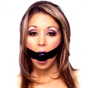 Кляп - в виде шарика на резинке во рту у женщины