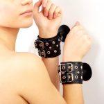 наручники фиксаторы на присосках бдсм кожаные с заклепками для ролевых бдсм игр вагинального орального и анального порно секса