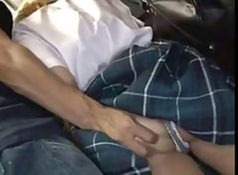 Девушка тихо дрочить член в автобусе секс фото 399-919