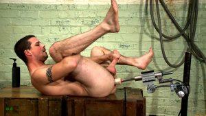 парень мастурбирует в анал секс машиной бдсм