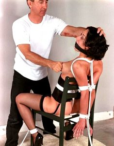 парень тискает титьке женщине привязанной к стулу с бдсм кляпом во рту