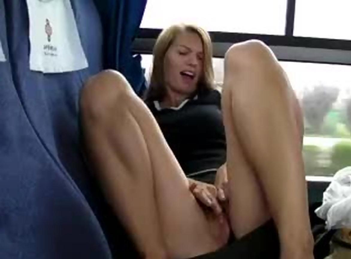 Как девушки мастурбируют в общественных местах