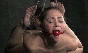 женщину связанную с кляпом бдсм в виде шарика во рту трахают в анал большим членом