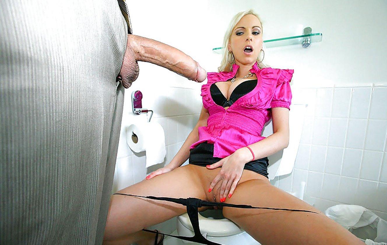 Жена застукала соседа за дрочкой в туалете