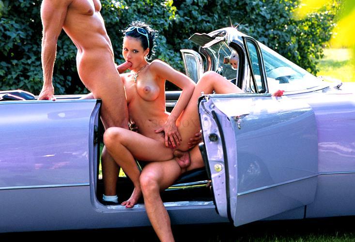 Груповой секс в машине