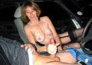 Секс в машине на переднем сидении. Девушка дрочит парню