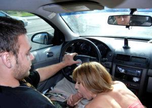 Секс в машине на переднем сидении. Девушка сосет большой член парня