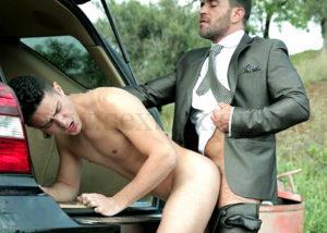 Секс в машине в багажнике. Гей. Взрослый мужик трахает молодого парня в анал