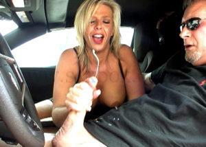 Секс в машине на переднем сидении. Женщина дрочит мужчине. Он кончает бурно.