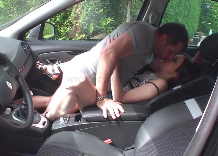 Девушка занимается сексом в машине