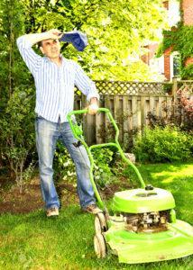 Мужчина газонокосильщик отдыхает и наблюдает за молодой парой