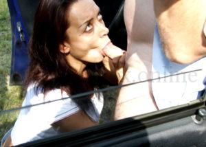 Секс в машине на переднем сидении. Девушка делает глубокий минет парню
