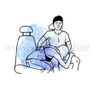 Поза для секса в машине за рулем на переднем сидении Парень сидит на кресле за руkем Девушка ему делает минет