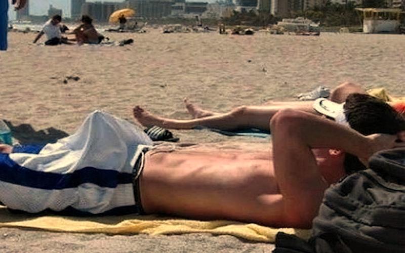 С пробкой на пляже