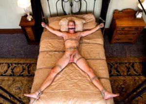 Молодого парня привязала к кровати зарелая женщина.