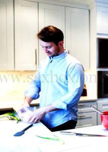 Друг готовит завтрак и смотрит на трахающихся.