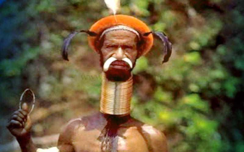 Фото: с аномально длинной шеей аборигены живут до старости