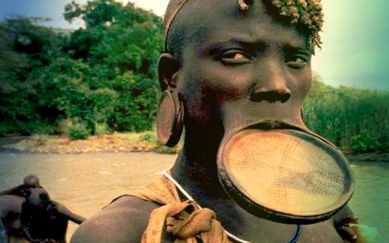 Фото: абориген с растянутой губой и ушными раковинами, длинным членом