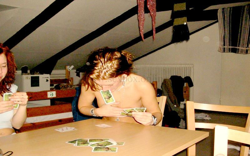 Фото: игра в карты на раздевание на свинг встрече для перехода к сексу