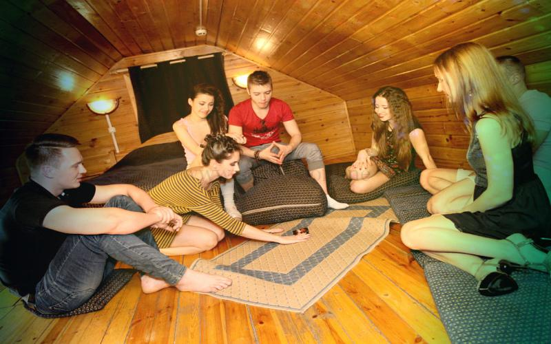 Фото: вечеринка свингеров с играми в бутылочку перед сексом