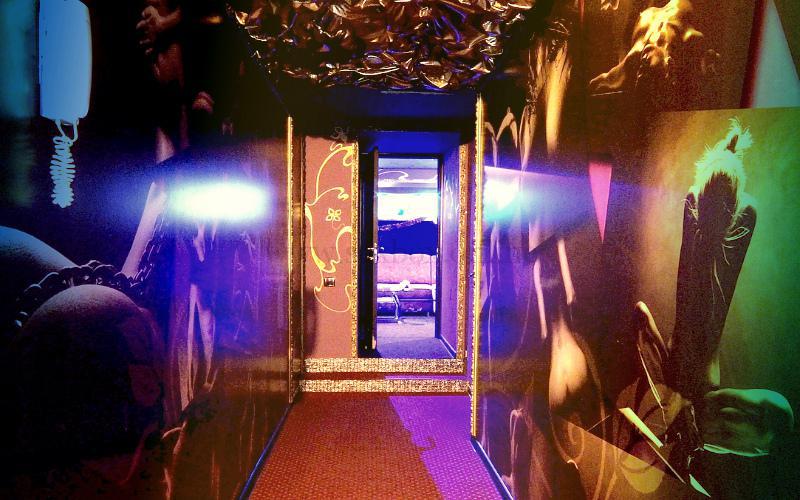 Фото: холл свингер-клуба, где русские свингеры меняются женами для секса