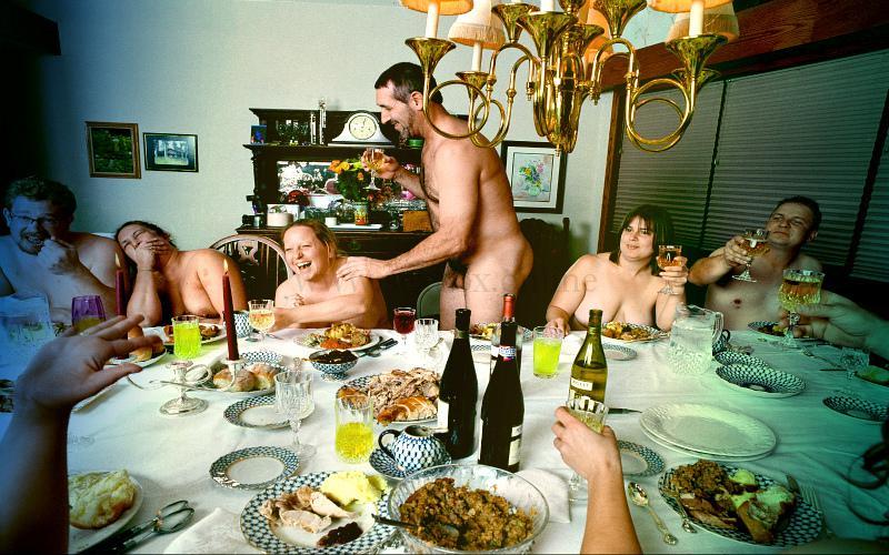 Фото: зрелые свингеры за столом готовятся к оргии