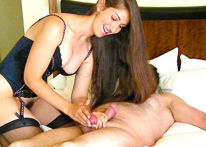 Женщина сдавливает яйца мужчине
