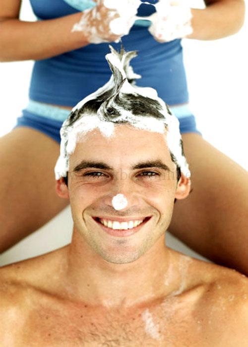 Девушка моет голову мужчине