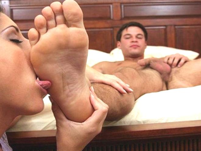Как стимулировать эрогенные зоны у мужчин. Лизать ноги