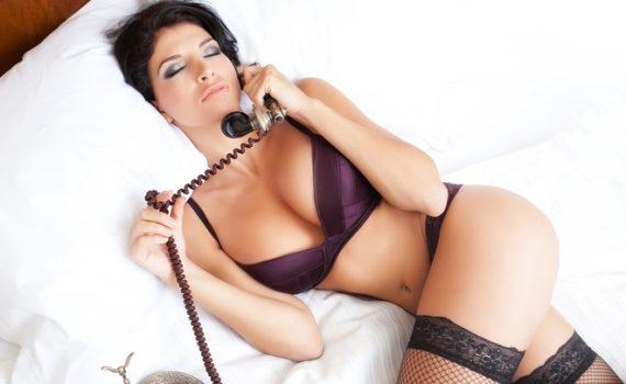 Женщина делает секс на телефоне