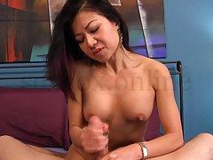 Сучка мастурбирует пенис похотливому очередному клиенту